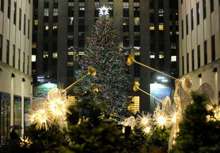Photo taken on Dec. 2, 2009 shows the shining Christmas tree at the Rockefeller Center in New York, the United States.
