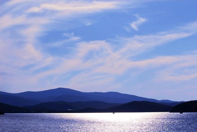 Красота озера цзинбоху в провинции