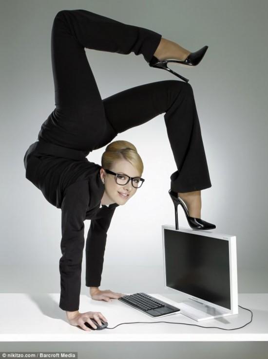 俄美女精彩办公室柔术另类照