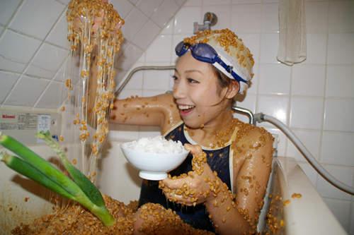 奇葩纳豆澡 日本美女边泡边吃