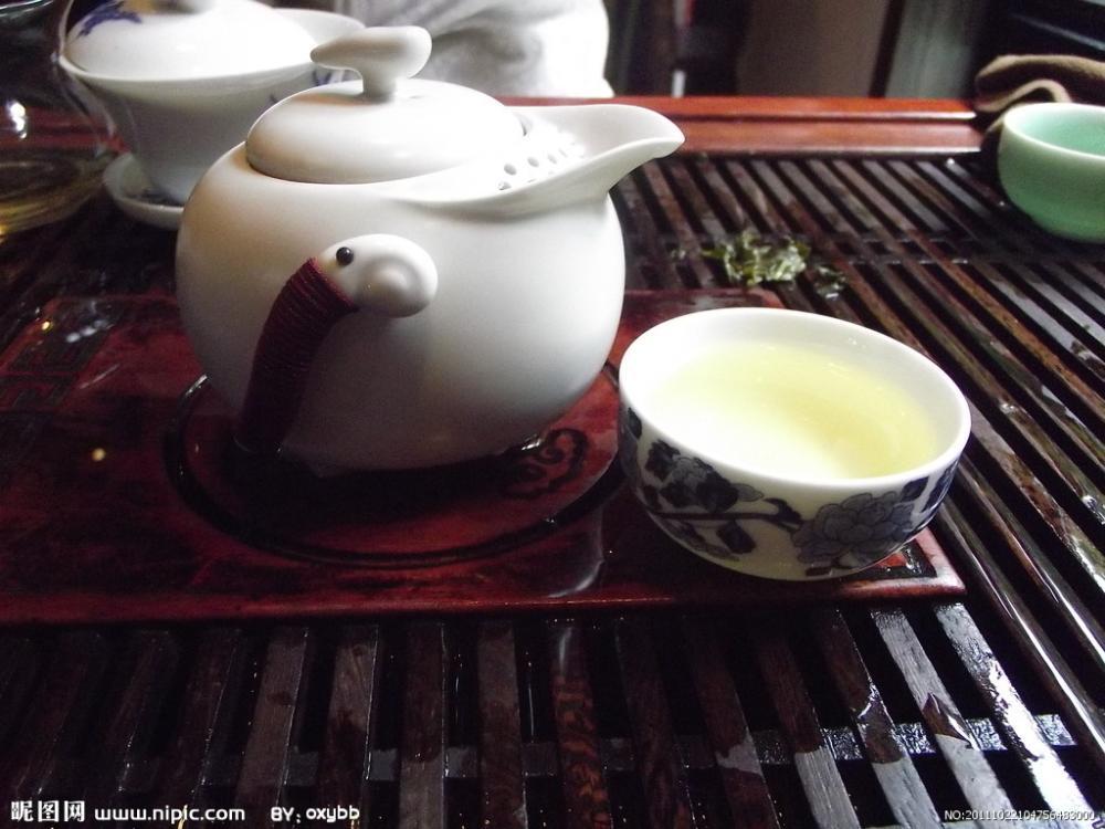 7、鉴尝汤色 (看 茶):观尝杯中茶水的颜色; 8、品啜甘霖 (喝 茶):乘热细缀,先闻其香,后尝其味,边啜边闻,浅斟细饮。饮量虽不多,但能齿颊留香,喉底回甘,心旷神怡,别有情趣。 泡铁观音茶的正确步骤虽然看似简单,但是实际要泡好一杯茶很难。要把握好泡铁观音茶的正确步骤,多练习,才能泡出一杯好的铁观音茶。