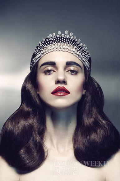 瓷白的肌肤彰显贵族气质,下眼睑 钻石项链作皇冠Forevermark   古高清图片