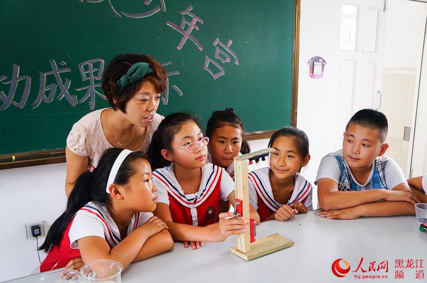 哈尔滨市小学生在少年宫学习科普知识,增加实践技.电视剧乡村爱情16图片