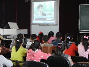 """同学们正在观看全国""""最美孝心少年""""视频,他们深受感动-齐齐哈尔图片"""