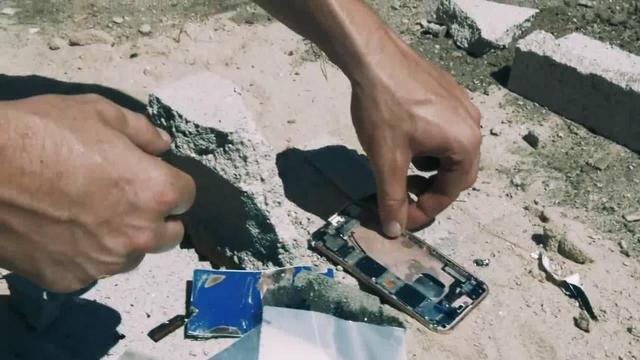 iPhone 6s惨遭蹂躏 用液氮浸硬后大锤砸碎