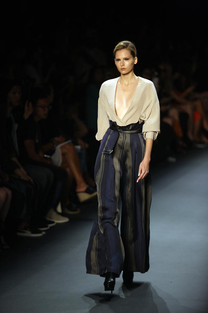 中國設計師王陶作品亮相紐約時裝周,9月12日,在美國紐約,模特展示TAORAY WANG品牌時裝。當日,中國設計師王陶的時裝品牌TAORAY WANG在2017紐約春夏時裝周上發布新品。新華社記者吳蓉攝
