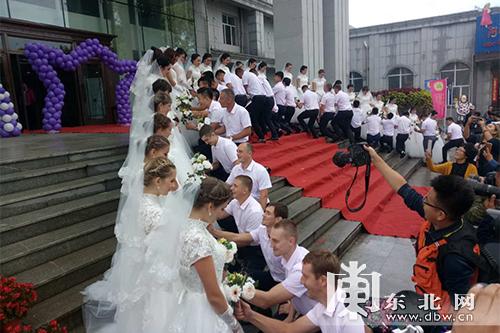 36 китайских и российских новобрачных сыграли международную свадьбу в уезде Цзяинь