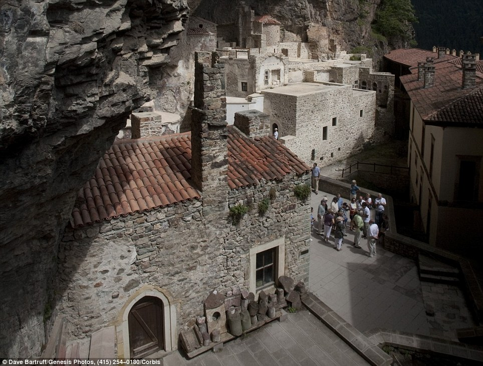 Astonishing! Temples built on cliff