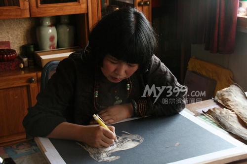 张琳结缘鱼皮画 走近濒临消失的赫哲文化