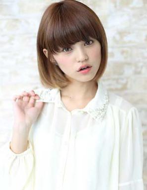这款看起来学生头女生短发,齐刘海修饰了脸型,凸显了小脸,而图片