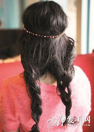 step2:再将头发编织成两条宽松的马尾辫.
