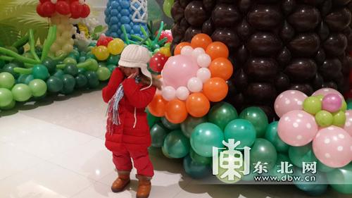 长条气球在十几秒钟魔术般地变出花朵,飞机,老虎,小狗,小白兔,天鹅等